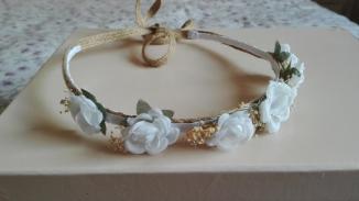 corona con cinta arpilleras y rosas blancas