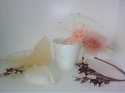 tocado con tul beige y flores secas , corona de flores secas y perlitas en mismo tono y tocado en salmón con tul bordado de encaje y flor en mismo tono