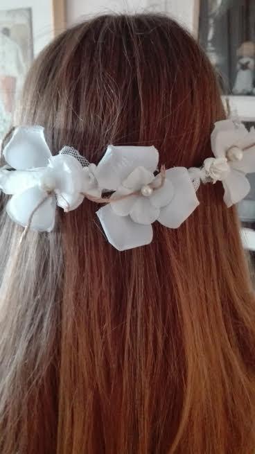 semicorona flores blancas hilo arpillera y tul-1