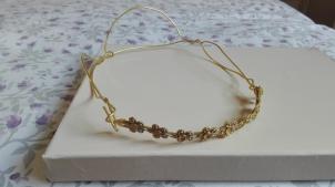 corona entrelazada de hilo dorado