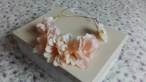 corona de flores entrelazada de hilo dorado